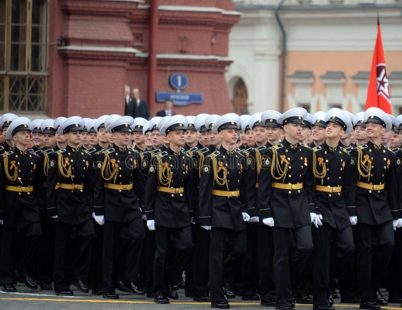 Kadetten van de zee de kadet militaire korpsen van Kronstadt tijdens de parade op rood vierkant ter ere van overwinningsdag stock afbeelding