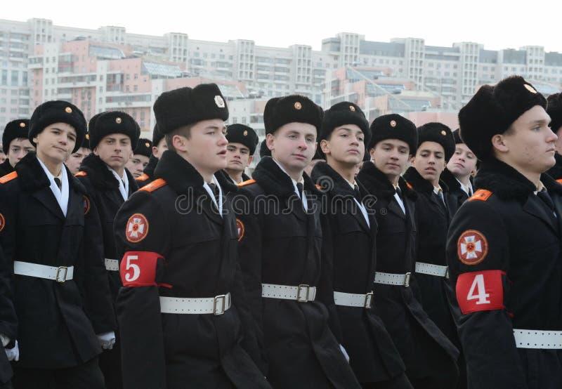 Kadetter av MoskvaSten George Cadet Corps förbereder sig för ståta på November 7 på röd fyrkant royaltyfri fotografi