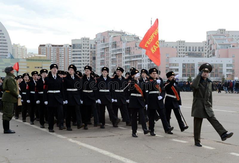 Kadetter av MoskvaSten George Cadet Corps förbereder sig för ståta på November 7 på röd fyrkant royaltyfria bilder