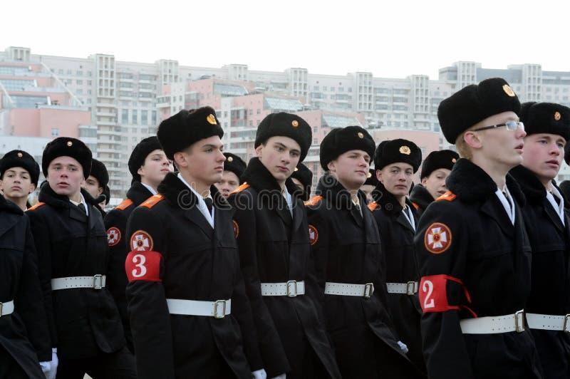 Kadetter av MoskvaSten George Cadet Corps förbereder sig för ståta på November 7 på röd fyrkant fotografering för bildbyråer