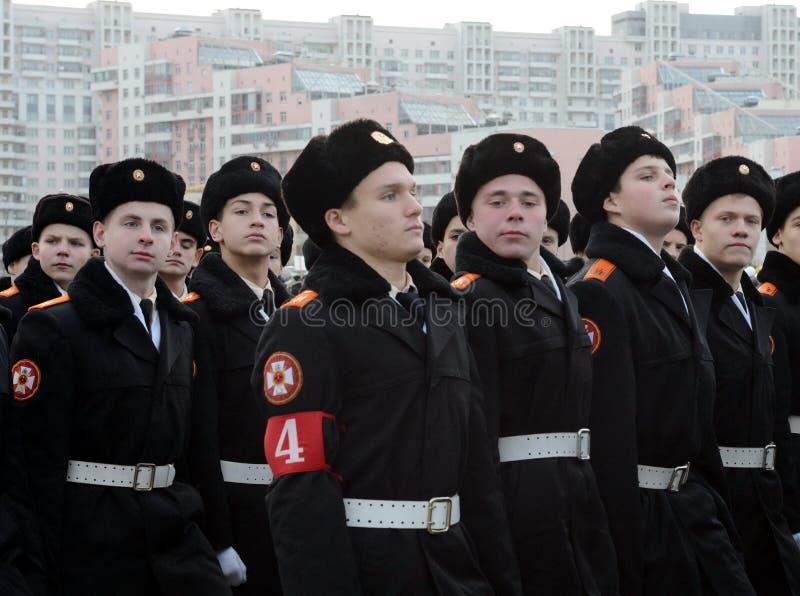Kadetter av MoskvaSten George Cadet Corps förbereder sig för ståta på November 7 på röd fyrkant royaltyfri foto