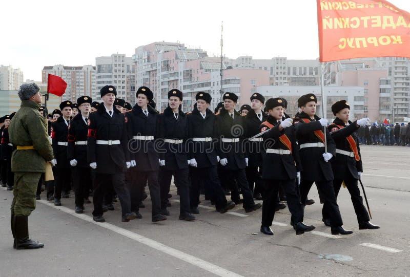 Kadetter av MoskvaSten George Cadet Corps förbereder sig för ståta på November 7 på röd fyrkant arkivbilder