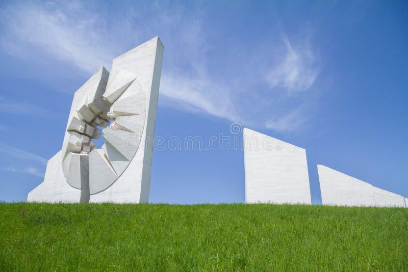 Kadinjaca纪念品主要纪念碑下午 这是一座共产主义纪念碑致力党羽战斗机反对纳粹 免版税库存照片