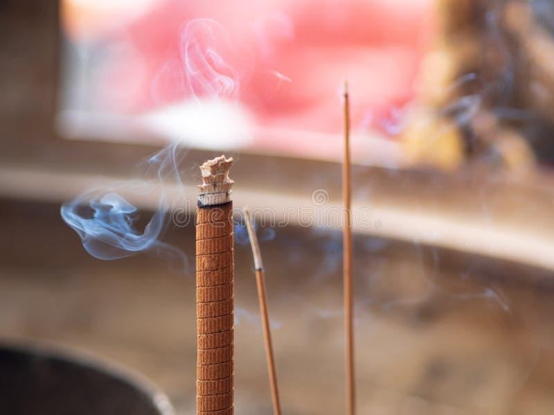 Kadzidła i dym w gigantycznym złotym palniku przy Chińską świątynią zdjęcie stock
