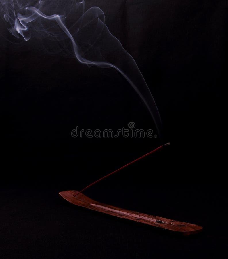Kadzidła i tajemnicy dym na czarnym tle obrazy stock