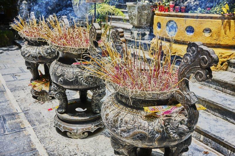 Kadzidło wtyka palenie przed świątynią zdjęcie royalty free