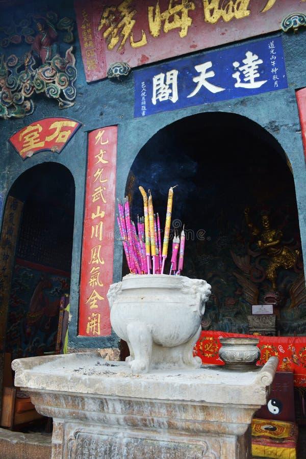 Kadzidło wtyka w kadzidłowym palniku przy świątynią obraz royalty free