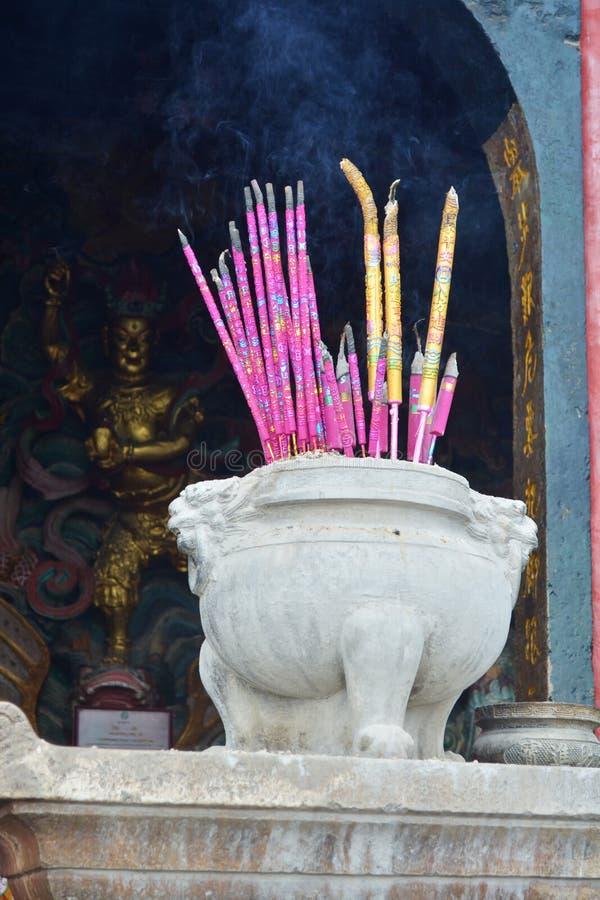 Kadzidło wtyka w kadzidłowym palniku przy świątynią fotografia stock