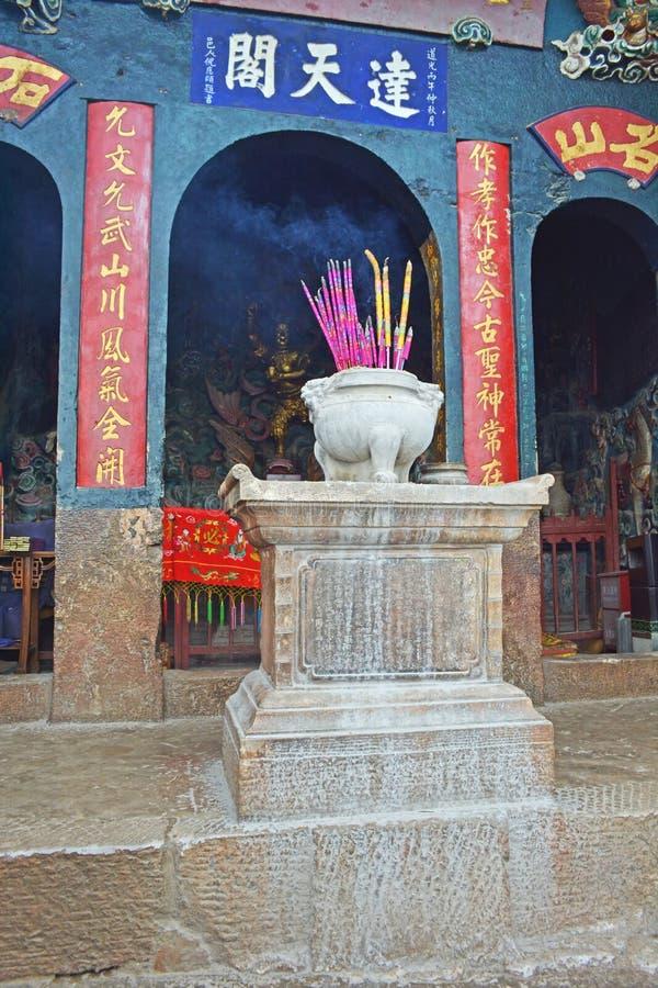 Kadzidło wtyka w kadzidłowym palniku przy świątynią obraz stock