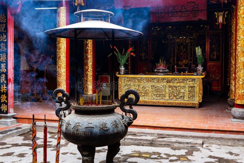 Kadzidło wtyka w wielkiej wazie w Ong bonie Pagodowy Nhi Phu Mieu, Cho Lon Ho Chi Minh miasto, Wietnam zdjęcie stock