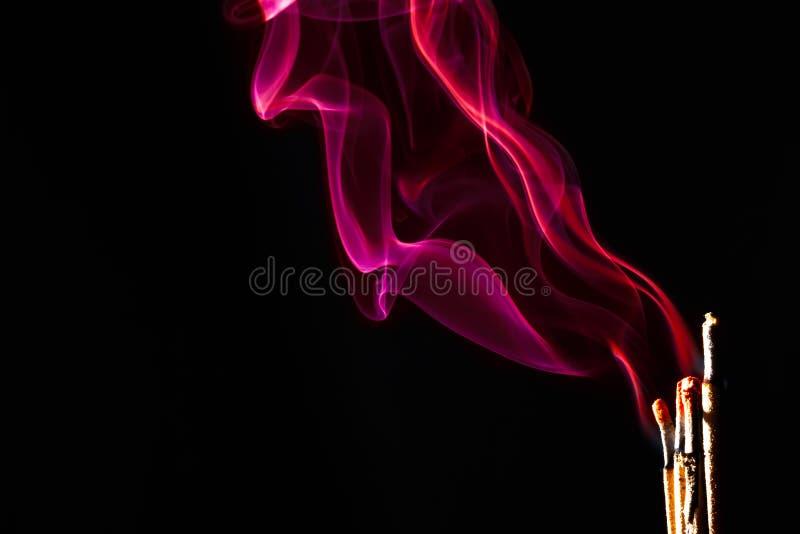 Kadzidłowy palenie nad czarnym tło szczegółem fotografia royalty free