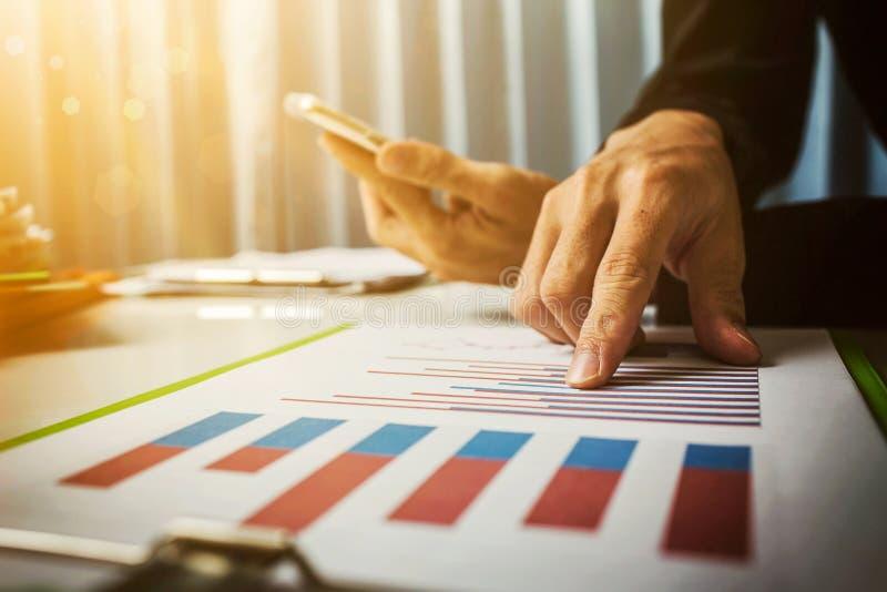 Kadziowi i pożyczkowi tempa kalkulowali bankiem kodeks podatkowy rząd według Biznesowego mężczyzna azjatykci ciężki działanie w o zdjęcie royalty free