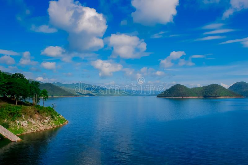 Kaeng Krachan水坝在泰国、风景Natrue和水薄雾的Petcahburi在Kaeng Krachan水坝 库存图片