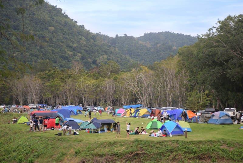 KAENG KRACHAN, TAILÂNDIA - 2 DE DEZEMBRO DE 2017: Barraca de acampamento dos povos no parque nacional Phetchaburi Tailândia de Ka imagem de stock