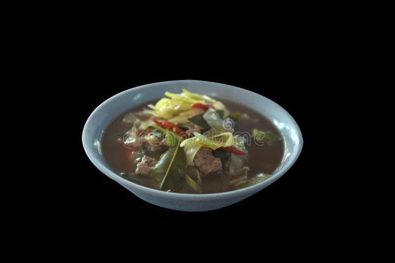 Kaeng Oom Neua eller nordöstra thailändsk klar kryddig varm och sur soppa med blandade grönsaker för nötkött fotografering för bildbyråer