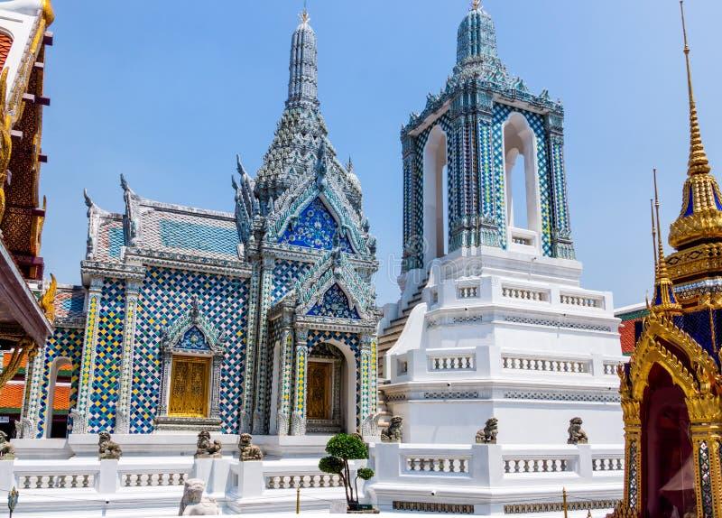Kaew del palacio, de Wat del pra magn?fico de Bangkok, de Tailandia, marzo de 2013 con las esculturas y ornamentos detallados imagen de archivo