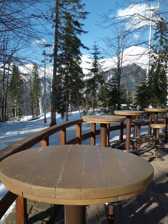 Kafé i bergen, vinternatur omkring arkivbilder