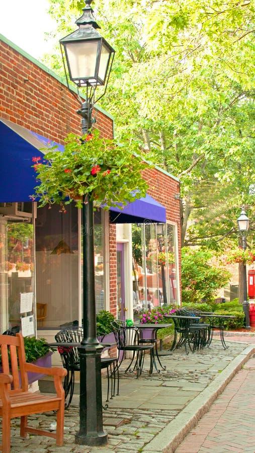 Kafé med den utomhus- uteplatsen royaltyfria foton