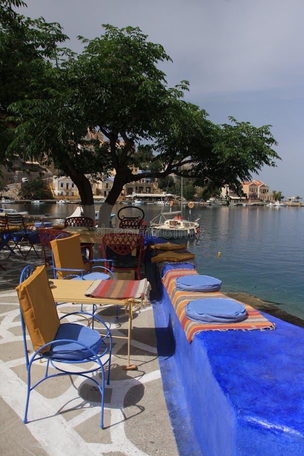 Kafé nära havet arkivbilder