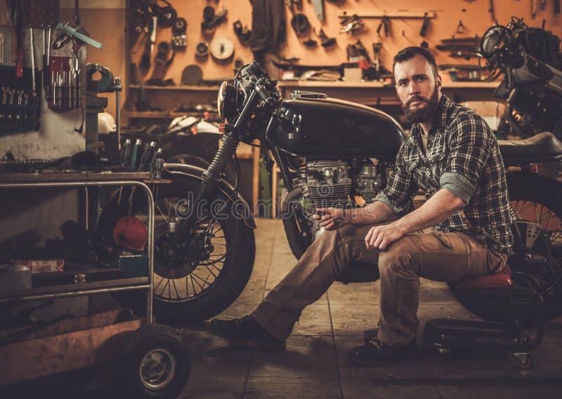 Kafé-racerbil för stil för mekanikerbyggnadstappning motorcykel arkivfoton
