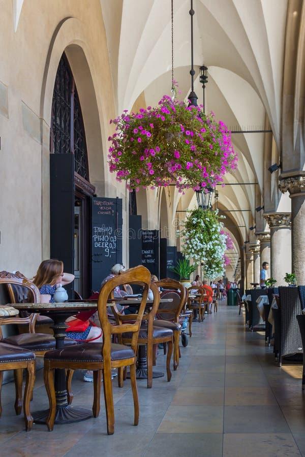 Kafé restaurang-Cracow, Polen för korridor för torkdukeHall (Sukiennice) kolonn arkivfoton
