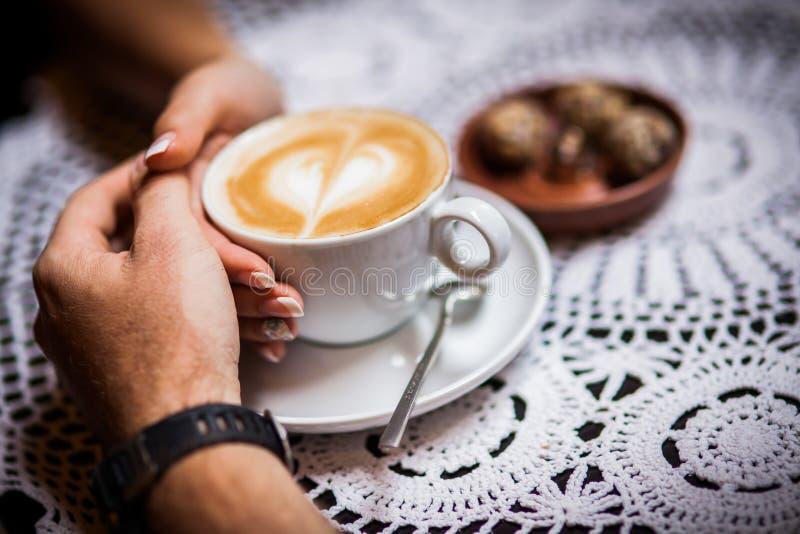 Kaféer kaffe, vigselringar arkivbild