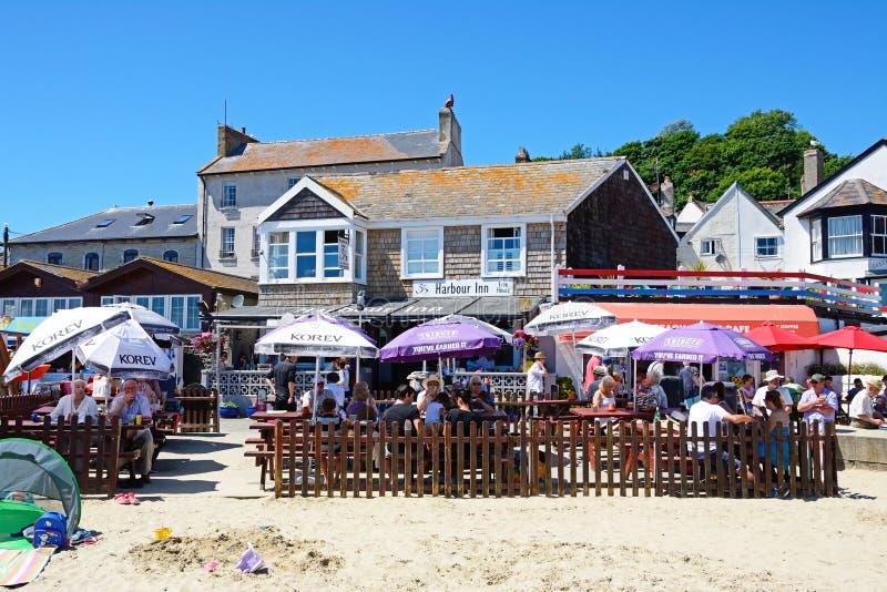 Kaféer på stranden, Lyme Regis royaltyfri bild