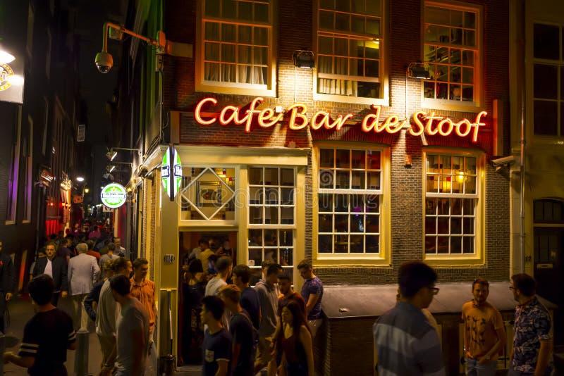 Kaféstänger i rött ljusområdet av Amsterdam - AMSTERDAM - NEDERLÄNDERNA - JULI 20, 2017 royaltyfria bilder