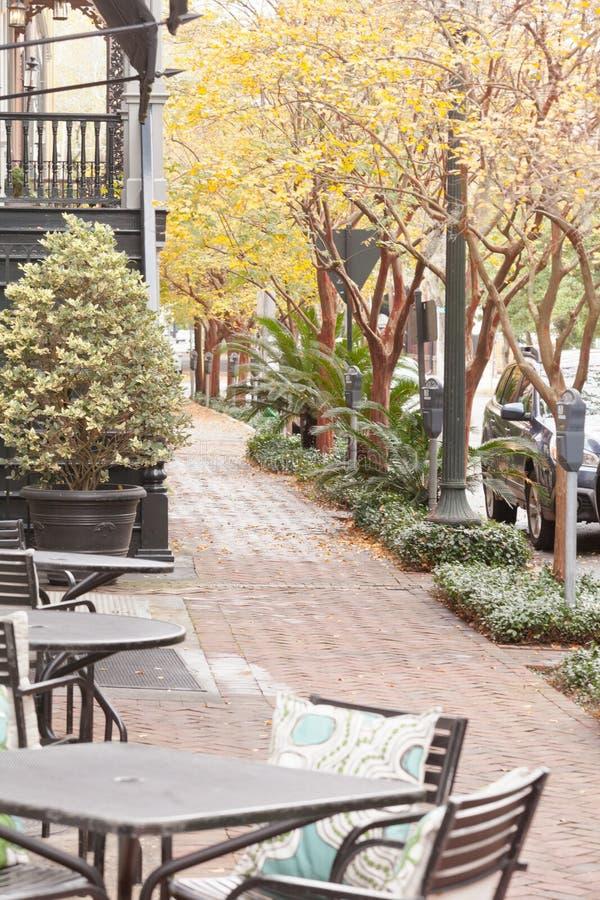 Kaféstolar på historiska SavannahGUMMIN USA för trottoar royaltyfri bild