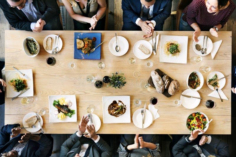 Kafét för affärsfolk firar vännen som äter middag begrepp royaltyfri fotografi