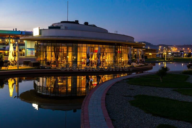 Kafét i aftonen i territoriet av Sochi parkerar hotellet i Adler arkivfoto