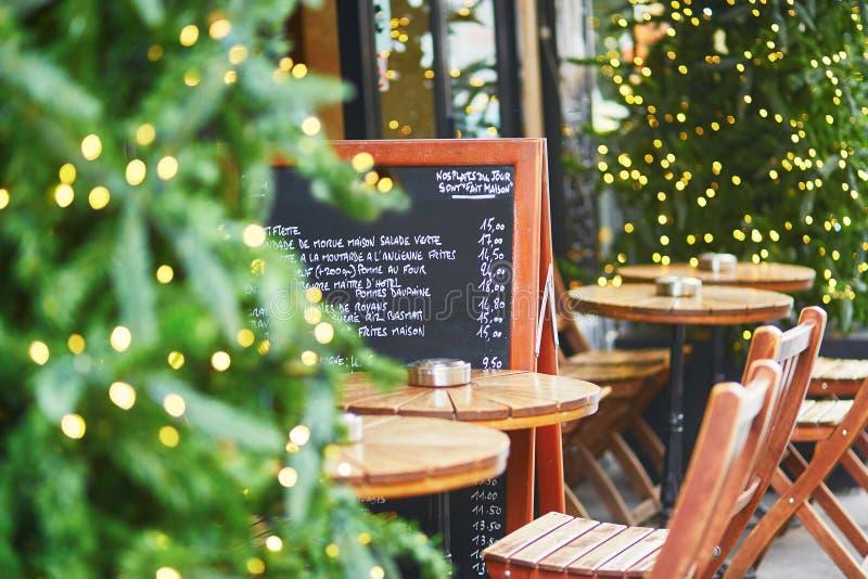 Kafét i Paris dekorerade med jul arkivfoto
