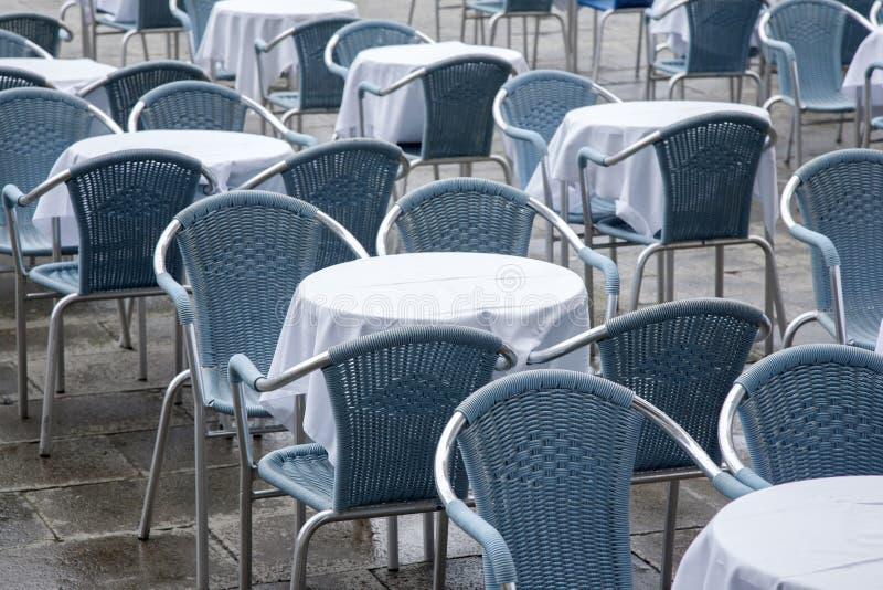 Kafétabeller och stolar i San Marcos - St-fläckfyrkant; Venedig royaltyfria bilder
