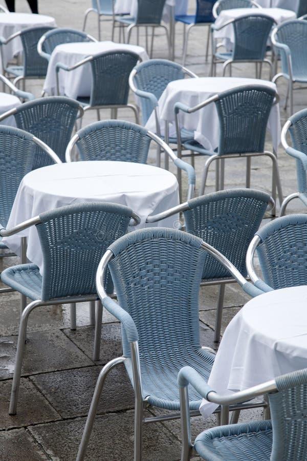 Kafétabeller och stolar; San Marcos - St-fläckfyrkant; Venedig royaltyfri fotografi