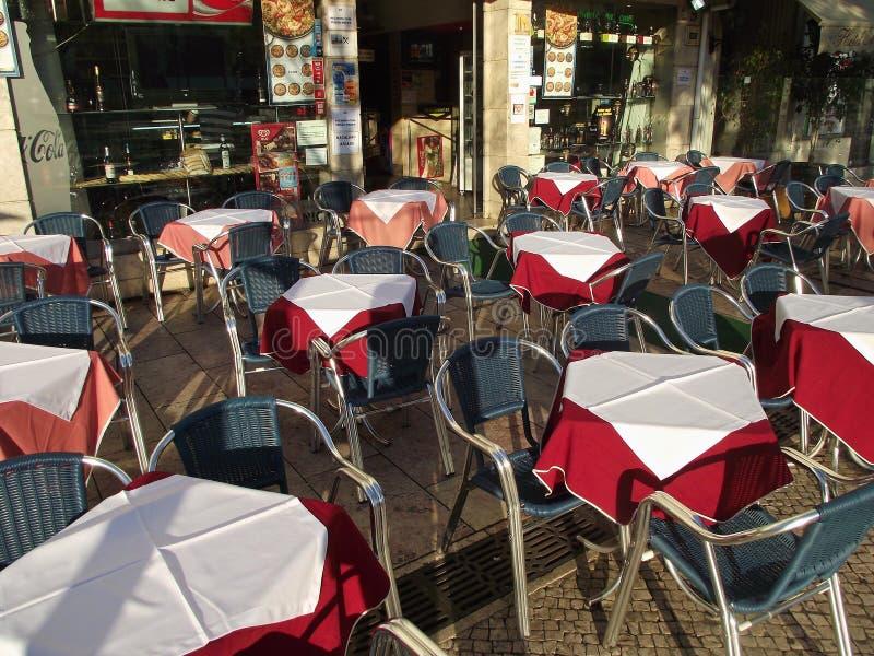 Kaféterrass i det fot- området av den Bairro alten, Lissabon, Portugal royaltyfri foto