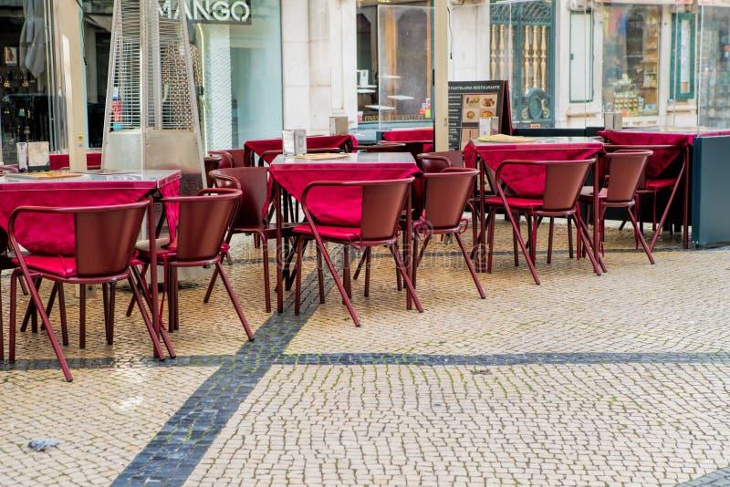 Kaféterrass i pedestriaområdet av Barrioalten eller övrestad, i Lissabon royaltyfri bild