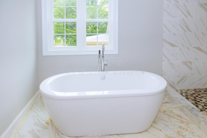 Kafelkowe ceramiczne ściany w łazience, nowożytny projekt z płytkami łazienki wnętrze z minimalistic projekta pomysłem nowa łazie zdjęcia royalty free