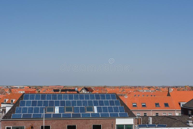 Kafelkowi dachy domy z panel s?oneczny zdjęcia royalty free