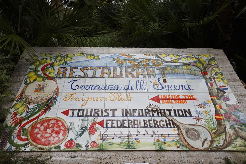 Kafelkowy znak dla Turystycznej informacji punktu w Sorrento Włochy fotografia stock