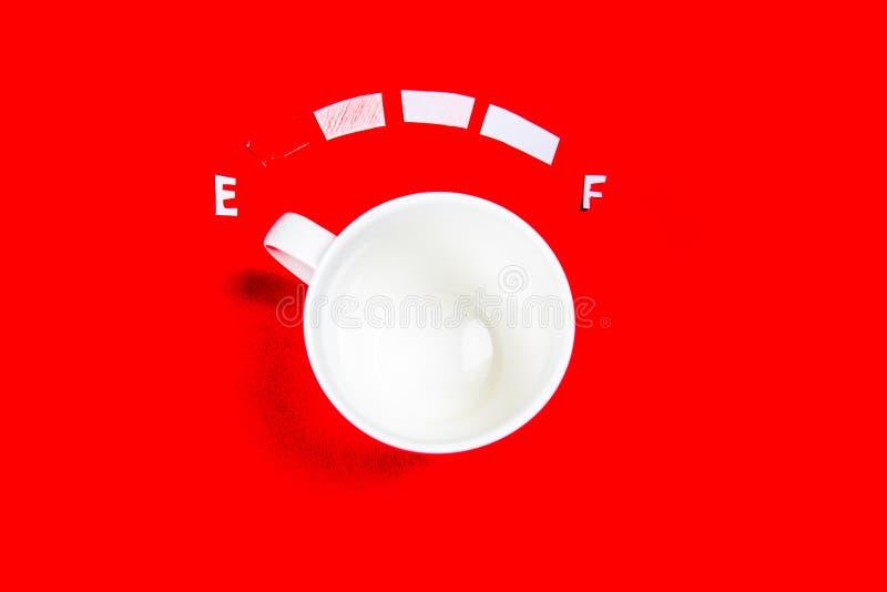 Kaffe är ett bränslebegrepp - en kopp på en röd bakgrund stock illustrationer