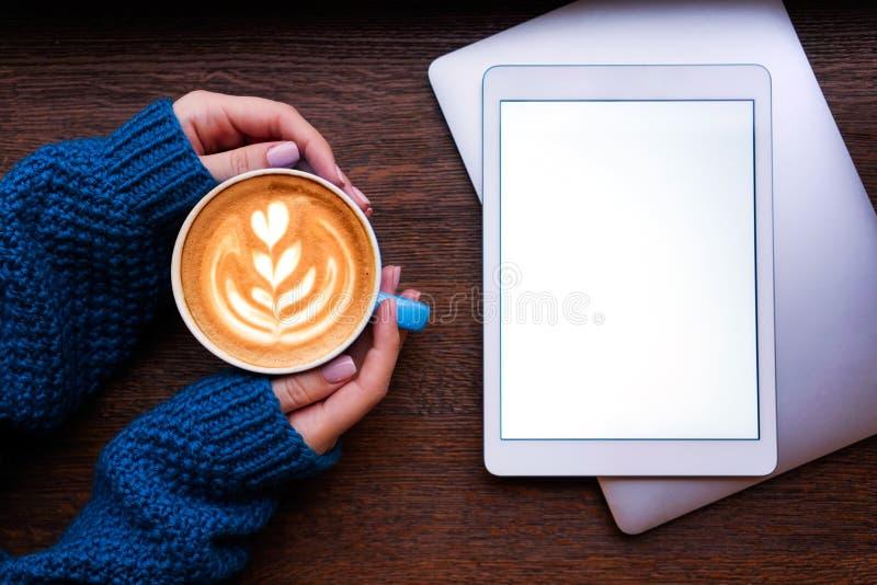 Kaffe, bärbar dator och minnestavla royaltyfri fotografi