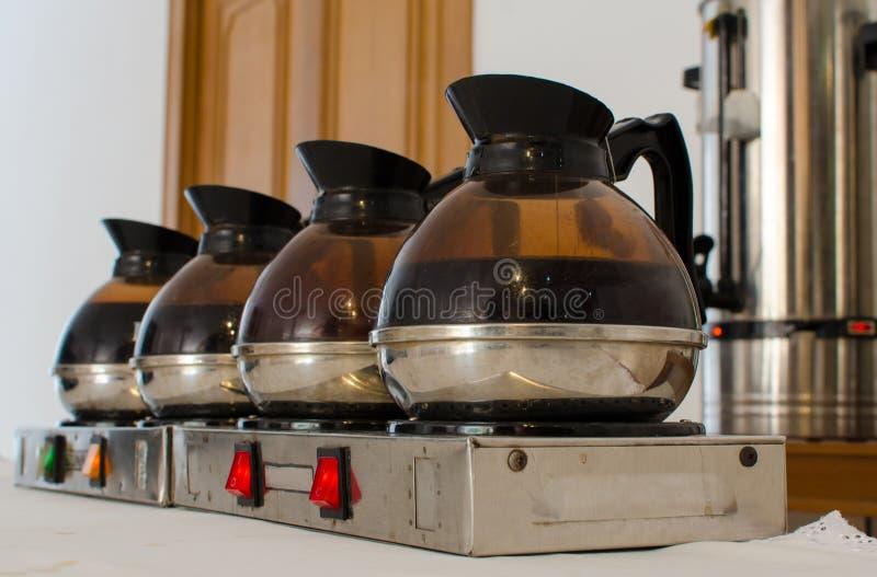 Kaffe eller te i kokkärlkokkärlkrukan för konferensavbrott royaltyfri fotografi