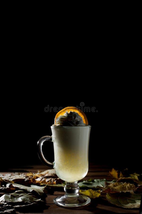 Kaffe eller Tea Brun kopp av den varma drycken med ånga Espressokaffecloseup HD-videomaterial royaltyfria bilder