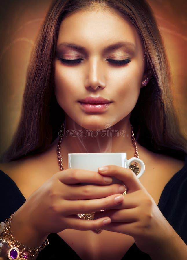 Kaffe eller Tea för härlig flicka dricka arkivfoto
