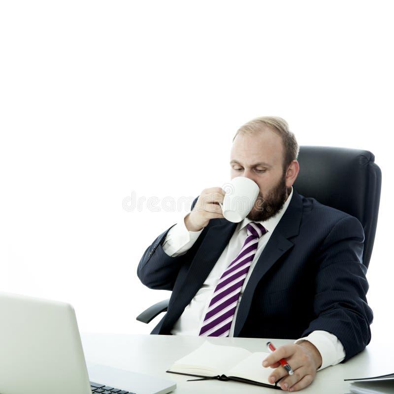 Kaffe för drink för skäggaffärsman, medan fungera arkivbild