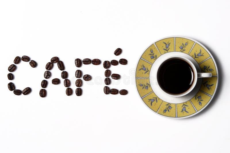 Kaffe i koppen med kaffebönor omkring royaltyfri fotografi