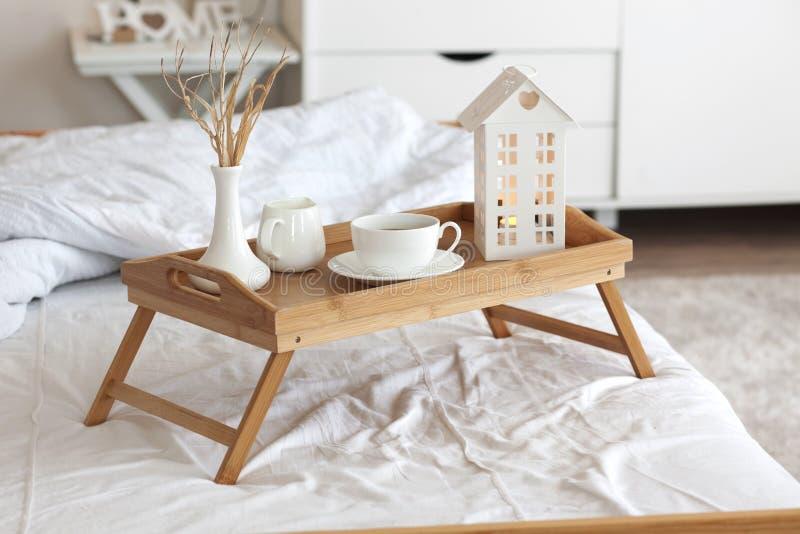 Kaffe i säng royaltyfria bilder
