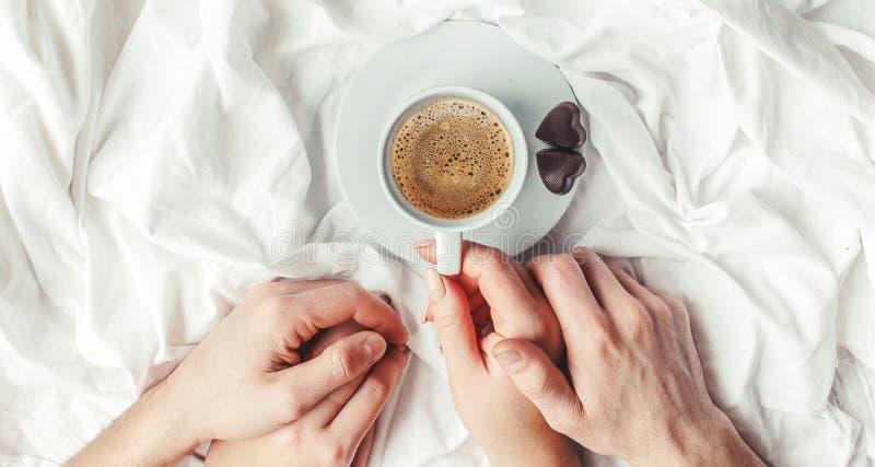 Kaffe i underlag royaltyfri foto