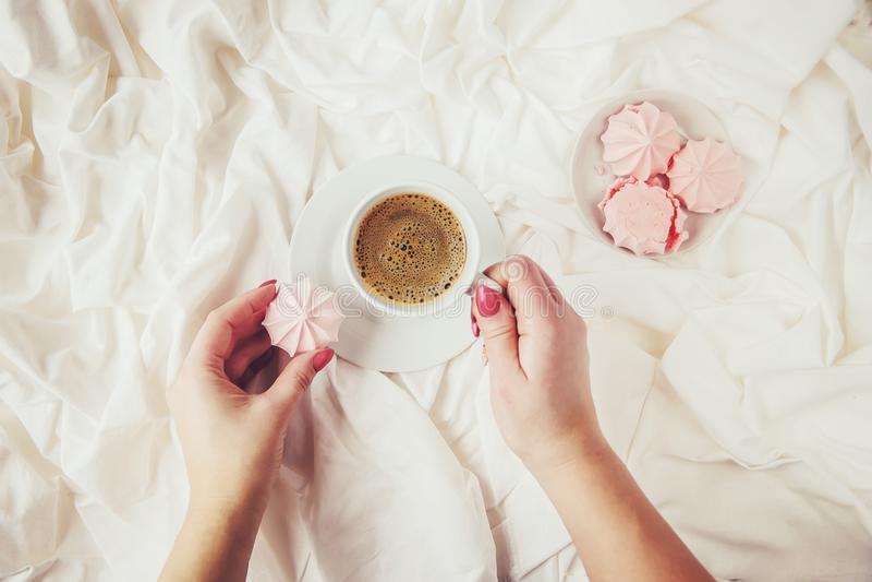 Kaffe i underlag royaltyfri bild