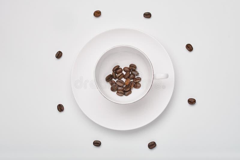 Kaffe kuper med bönor royaltyfri fotografi